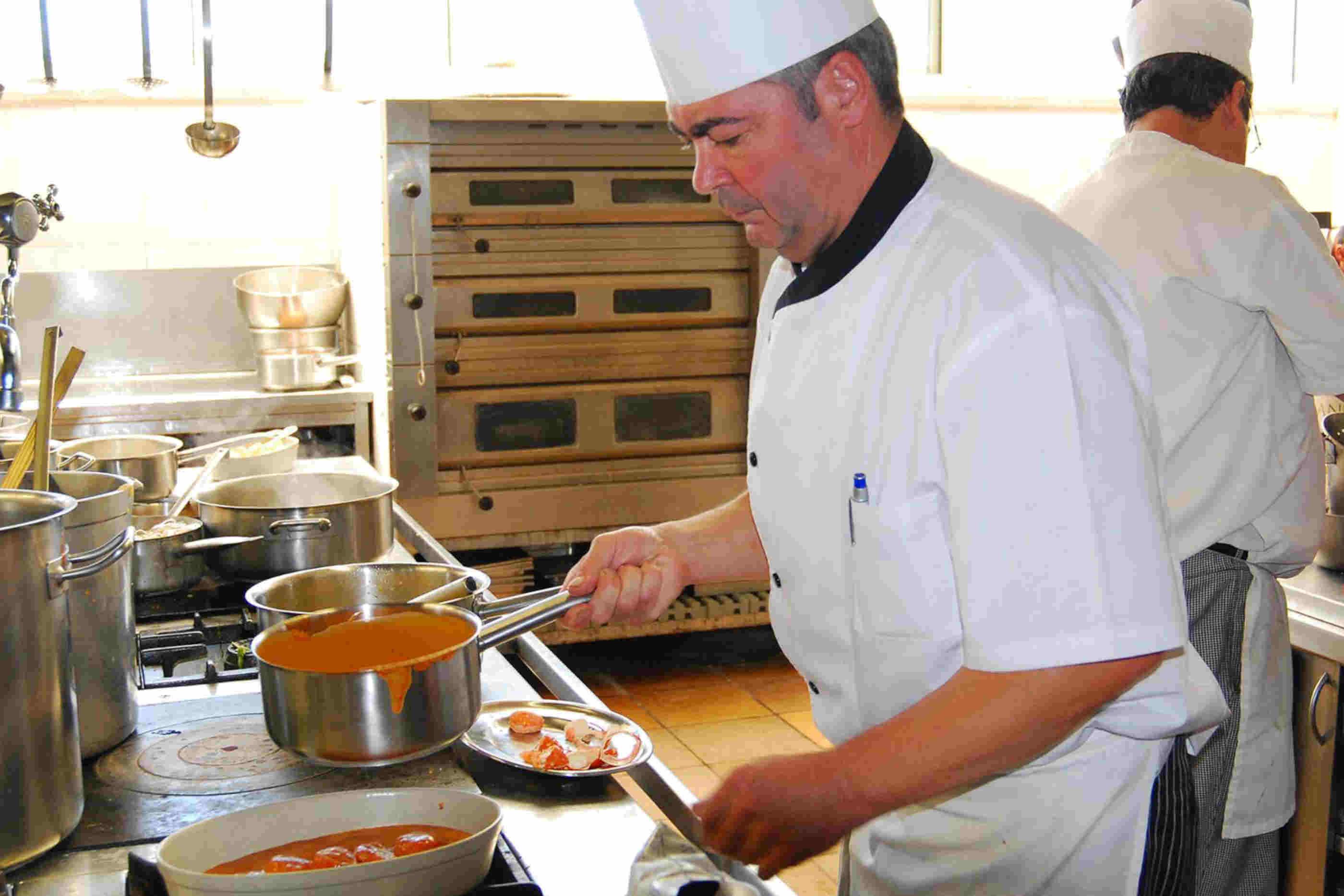 Chef a preparar uma feijoada de marisco.
