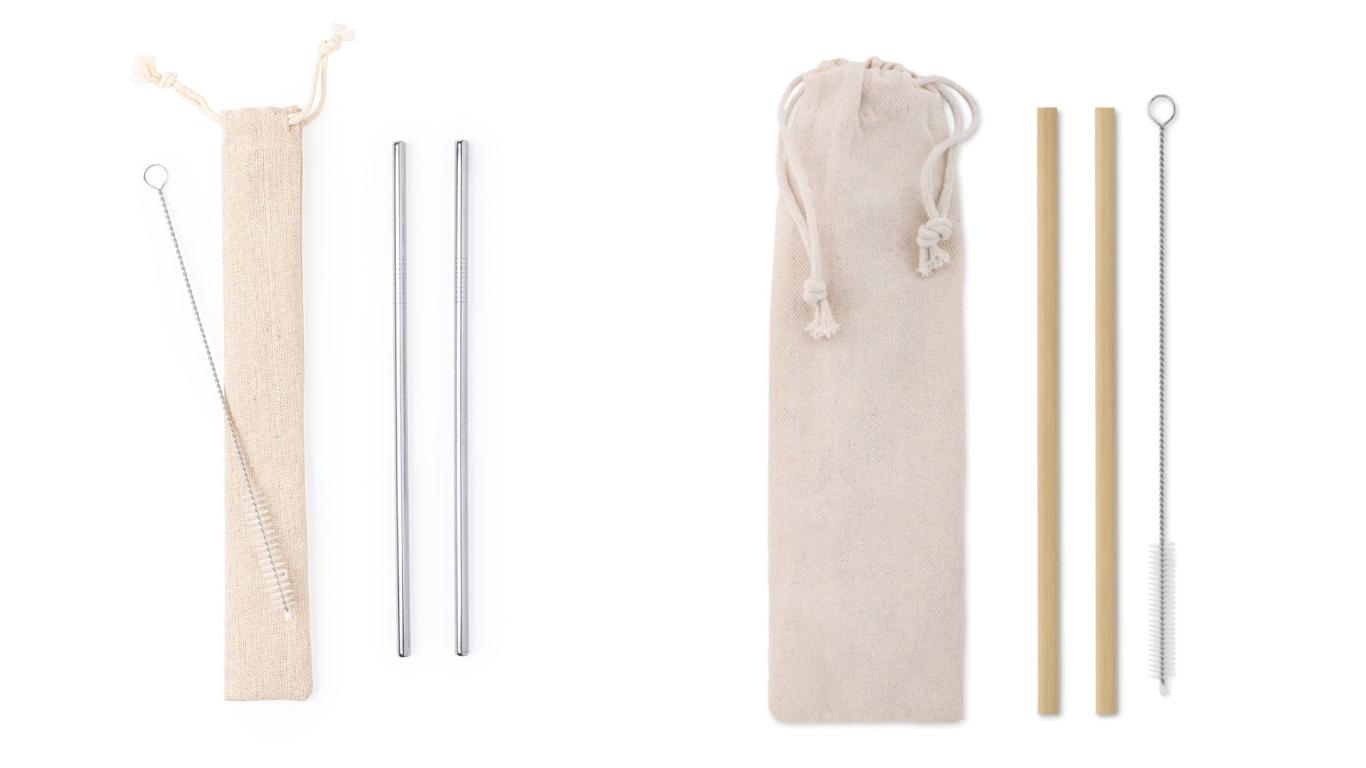 Na imagem observamos, à esquerda um saco de pano com um escovilhão por cima e ao lado duas palhinhas de aço inoxidável. À direita da imagem, observamos um saco de pano um pouco maior, e no seu lado direito encontram-se ao duas palhinhas de bambu e um escovilhão.