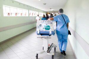 Profissional de saúde no corredor de um hospital.