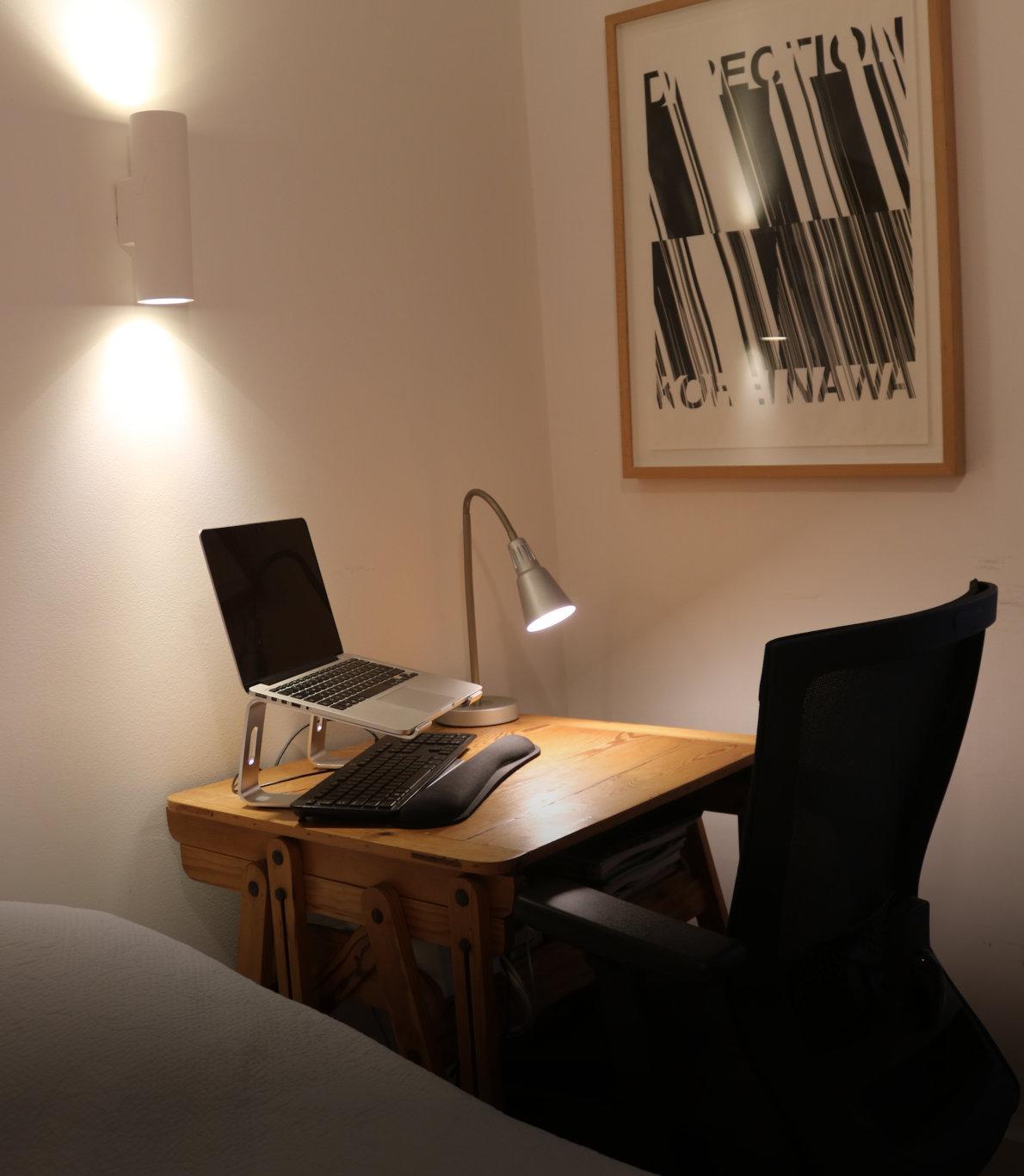 Espaço para Teletrabalho com uma mesa de madeira e uma cadeira preta