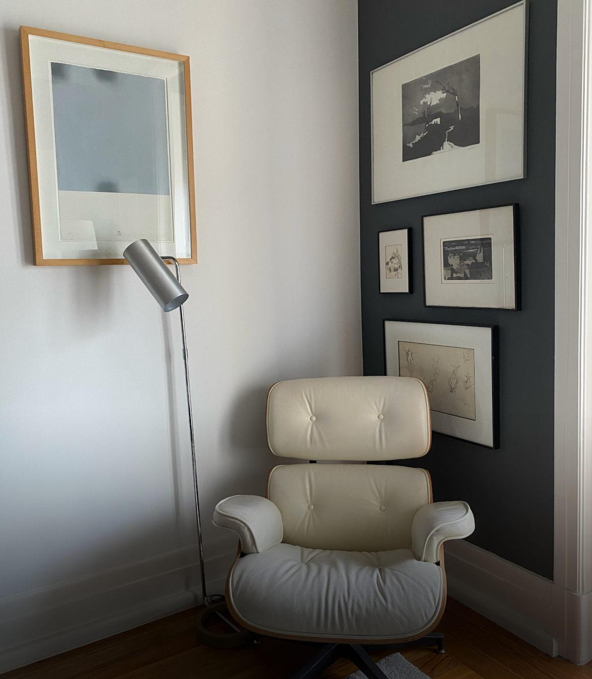 Canto simples com uma cadeira de design branca e um candeeiro de metal ao lado