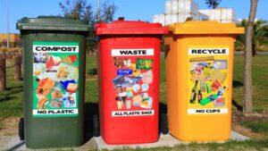Ecopontos verde, vermelho e amarelo para reciclagem