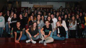 Escola secundária em ação solidária.