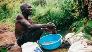 Homem a lavar a sua roupa