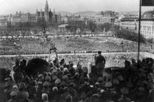 Adolf Hitler a fazer um discurso para o seu elevado número de apoiantes