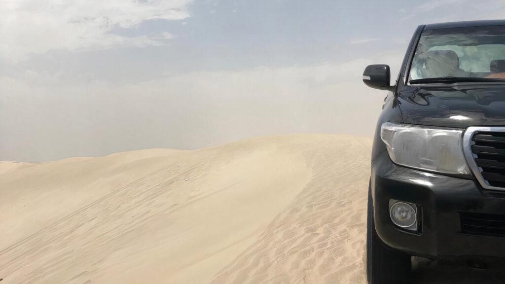 Deserto e metade de um jipe preto