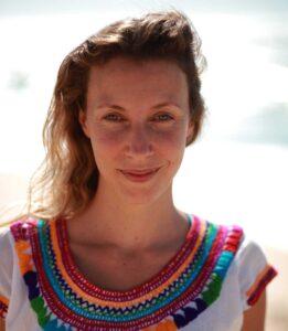 Mulher a sorrir na praia