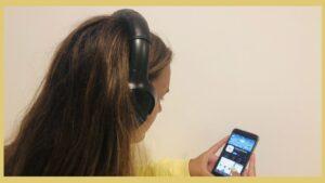 Rapariga a escolher uma música através da aplicação Amerigo.