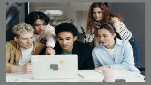 Grupo de amigos a assistir a uma conversa online
