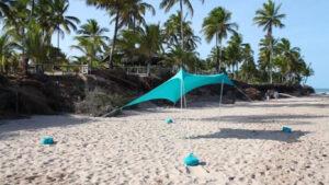 Tenda de praia montada no areal de uma praia
