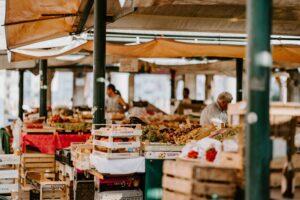 Mercado biológico com diversas bancas com fruta e legumes