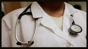 Médico com um estetoscópio