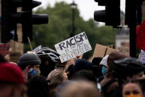 Pessoas a manifestarem-se contra o racismo