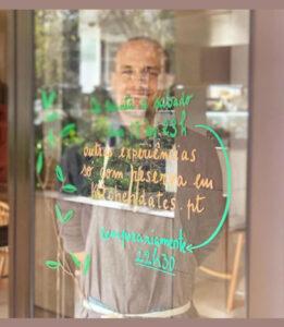 Rui, o fundador e empreendedor, dentro do seu restaurante, por trás de indicações relativas ao funcionamento do mesmo.